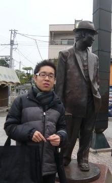 寅さんの銅像の前で