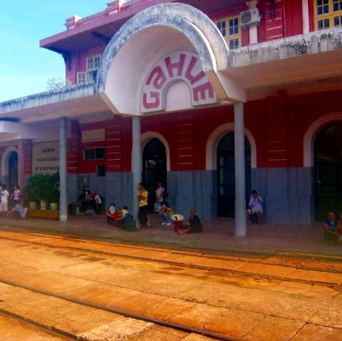 途中のフエ駅