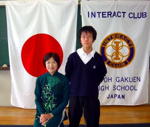 インターアクトクラブの部員と並ぶ新谷文子さん